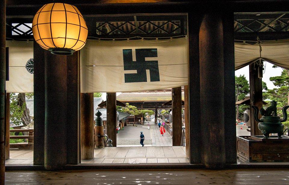 日本を訪れる外国人が、寺の卍(まんじ)を見てナチスを連想するから、卍をやめる?そもそもナチスを連想するのが間違いなのだから、「違う」と理解してもらういい機会と、逆に捉えるべきです。寺の卍は、ナチスより遥かに歴史が長いのだから。 https://t.co/2gLwNQx7An