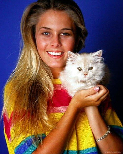Nicole Eggert loves cats! >^..^<  Happy Birthday, Nicole!