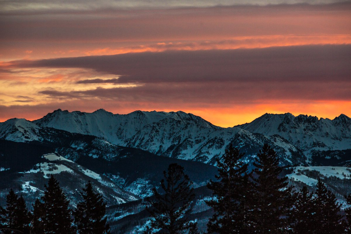 This morning's sunrise over the Gore Range as seen from the top of Centennial Express Lift.#BeaverCreek https://t.co/8inD6jUhaD