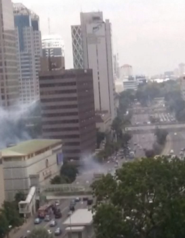 Photo taken from above one of the central Jakarta blast sites (via @KompasTV) #Indonesia https://t.co/pmmHImU9cL