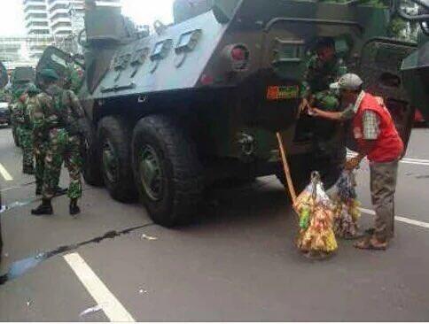 #INDONESIAWOLES Laris, laris, laris. Waktunya ngemil ya ngemil, waktunya dagang ya dagang. No fear. https://t.co/QBFLcwm4sY