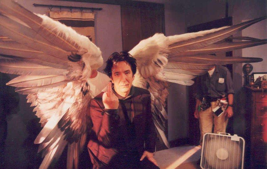 ケヴィン・スミス監督『ドグマ』撮影風景より。アラン・リックマンの大天使。 https://t.co/gsfszUX9YD
