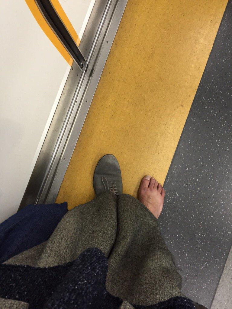 やばい  電車のっててドアしまる瞬間に  靴が線路に落ちた  戻りたくないからこのまま帰るか https://t.co/j8GmY5br2a