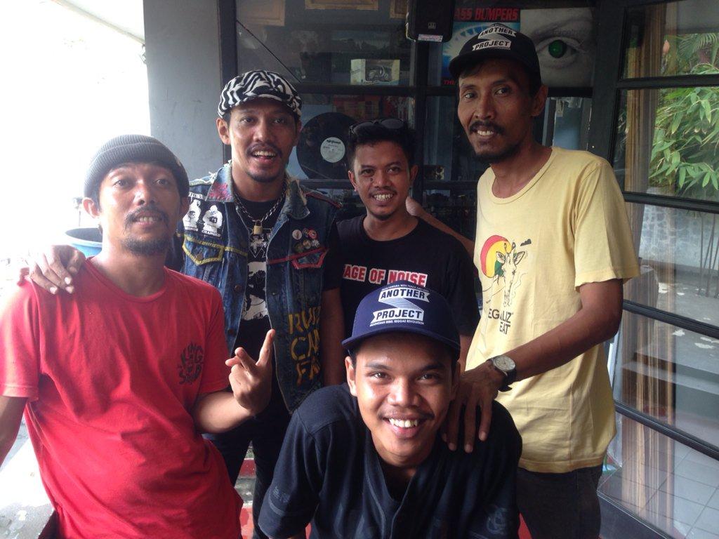 #KamiTidakTakut Jakarta Aman! Nyampe dsini @SKARTEFAK @demajorsradio @djenksreggae @monkeybootsjkt @listenshore https://t.co/or3vjXIpaV