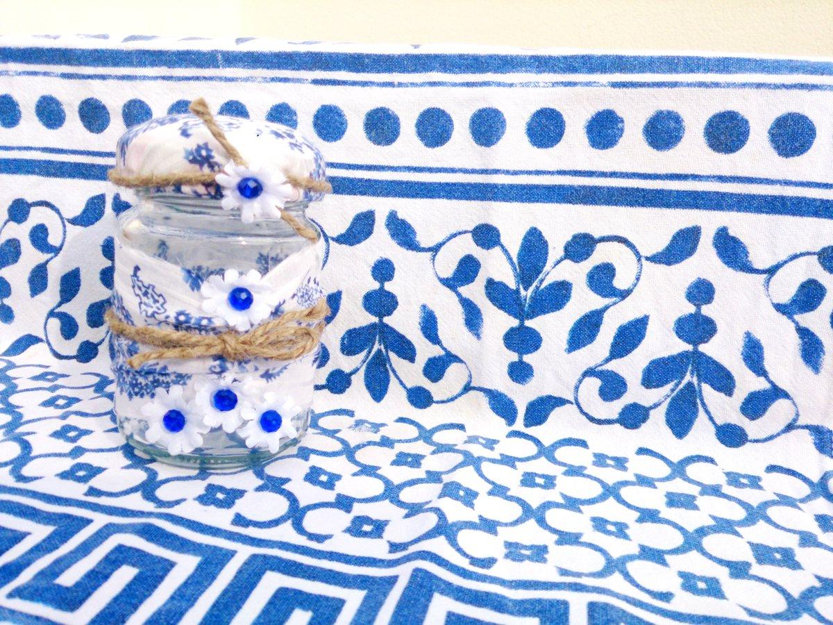 Bote de cristal reciclado con flores azules