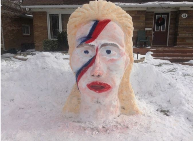 This picture rocks!  Remembering #DavidBowie viewer Jeff Myer recreated #ZiggyStardust in Leamington, ON https://t.co/pvi1lnyQsf