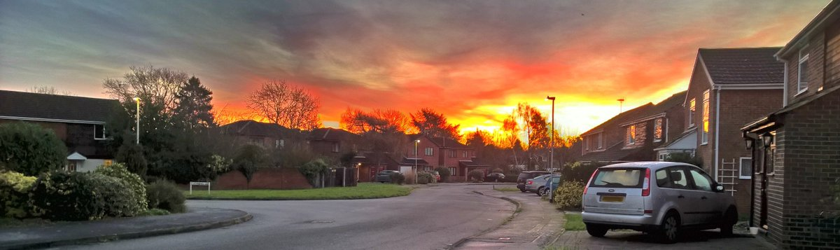 Sunrise this morning was like a bomb had gone off in the distance. Lumia 930 Rich Capture.... 8-) https://t.co/a5MiDKZAYG