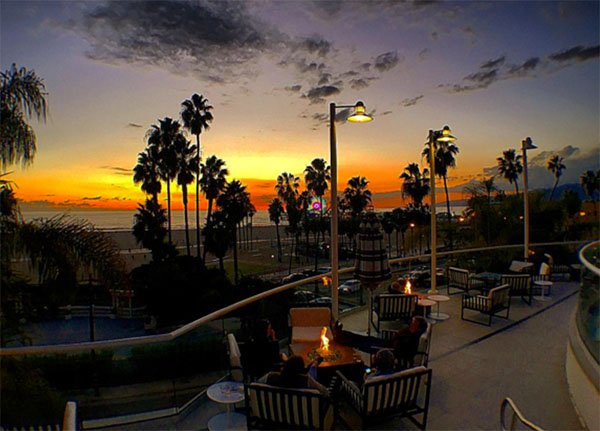 Cheers LA! Here are 7 GREAT bars to watch the sunset https://t.co/gvyTjjEzUm @HotelErwin @LoewsSMBeach https://t.co/Y8i6ePd1LC