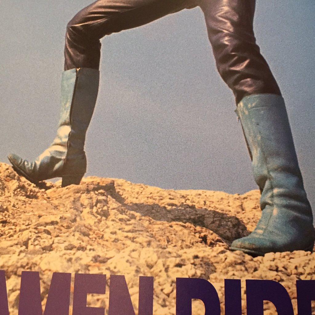仮面ライダー旧1号の穿くブーツはセンターシームにポイントトゥ、キューバンヒールという靴のディテールは実はビートルズの履いてたチェルシーブーツ通称ビートルブーツと一緒。ミッドカットはよく見るが今はロングを作っているメーカーは殆どない。 https://t.co/WML7AEuuba