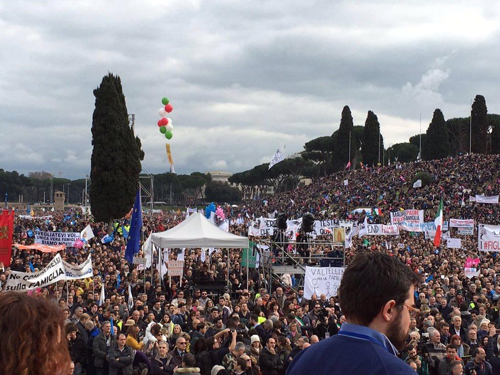 Al Circo Massimo con due milioni di amici per dire che la #famiglia è una sola: padre, madre e figli. #familyday2016 https://t.co/Cskp6yecLj
