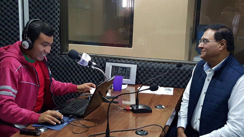 En cabina platico con Carlos Abad a través de @orpnoticias 106.5 fm #Tuxtepec https://t.co/h1LVczkRgY https://t.co/3t2nw7GR8K