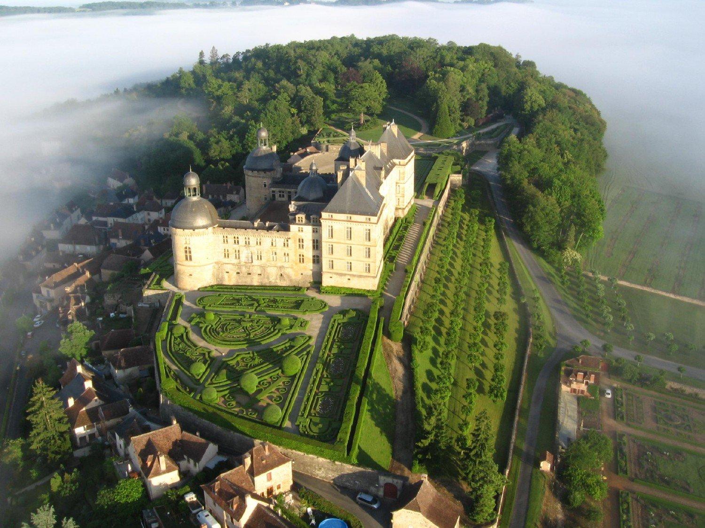 Château de Hautefort, Dordogne, France https://t.co/DU1yha27dE