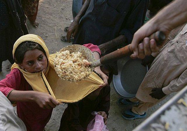 رسالة للمسرفين : بعض الجوعى، في عالمنا الحزين، حتى الماعون لا يتوفر لديهم، فتتحول ملابسهم إلى آنية للطعام المسكوب. https://t.co/TFh2wFsDwH