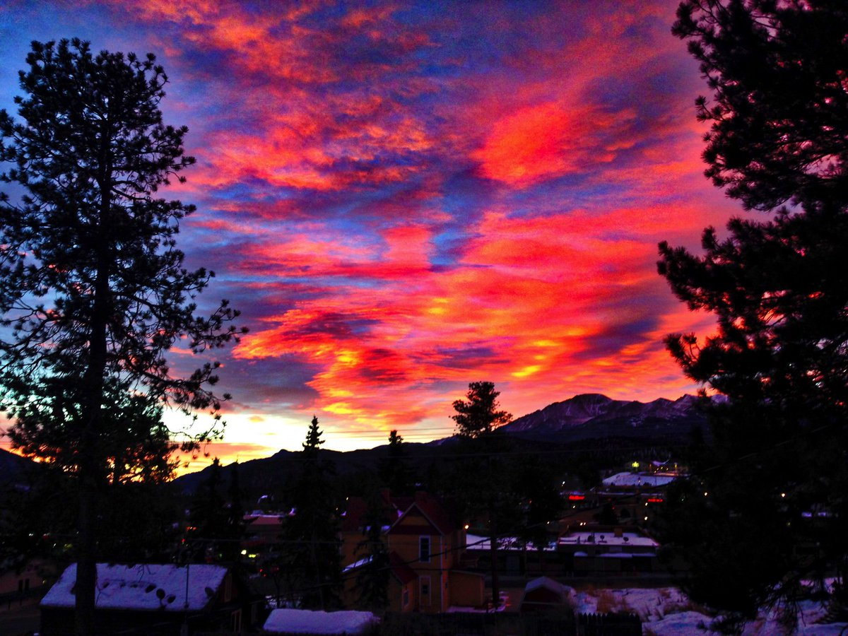 Another firey #Colorado #sunrise this morning over Pikes Peak. https://t.co/uAveJZdIfF