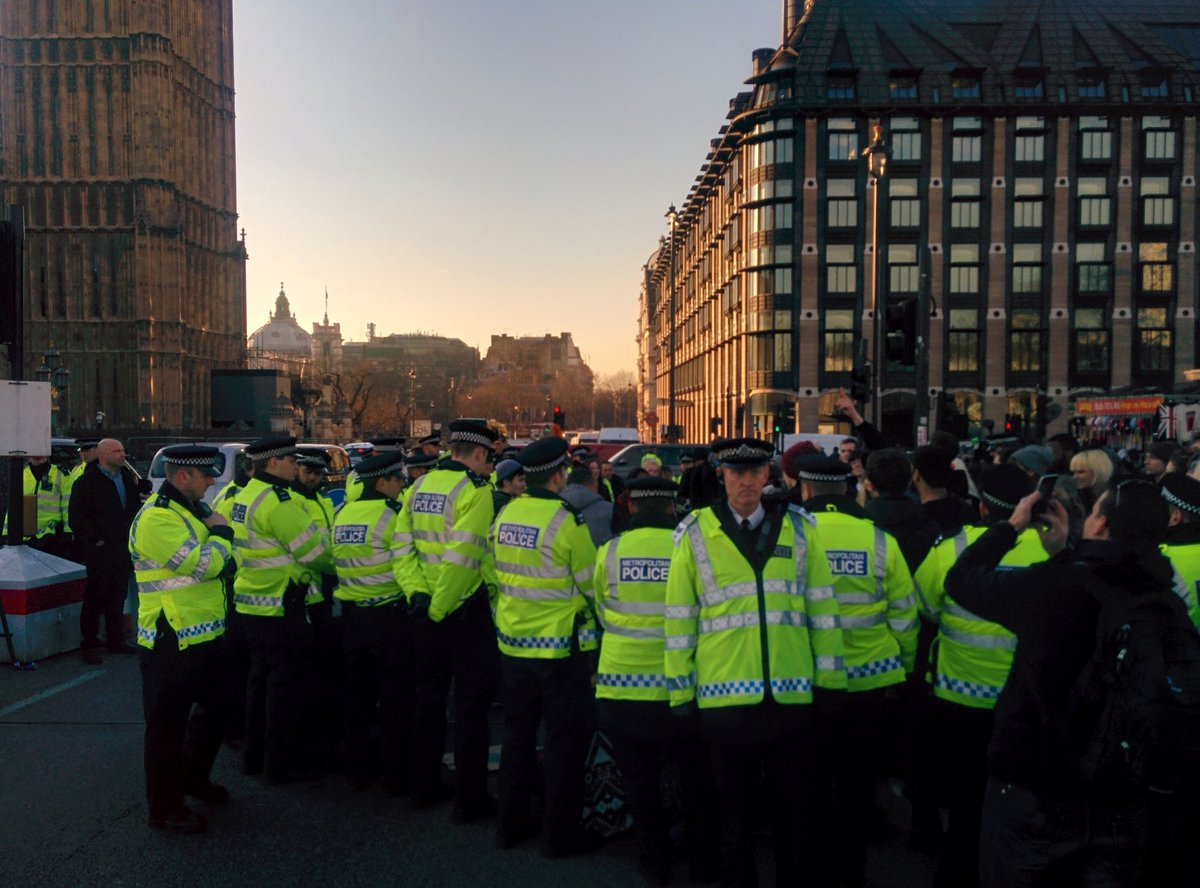 Students activists are blockading Westminster Bridge in protest to Maintenance grants being scrapped. #GrantsNotDebt https://t.co/PmM9hRiC88