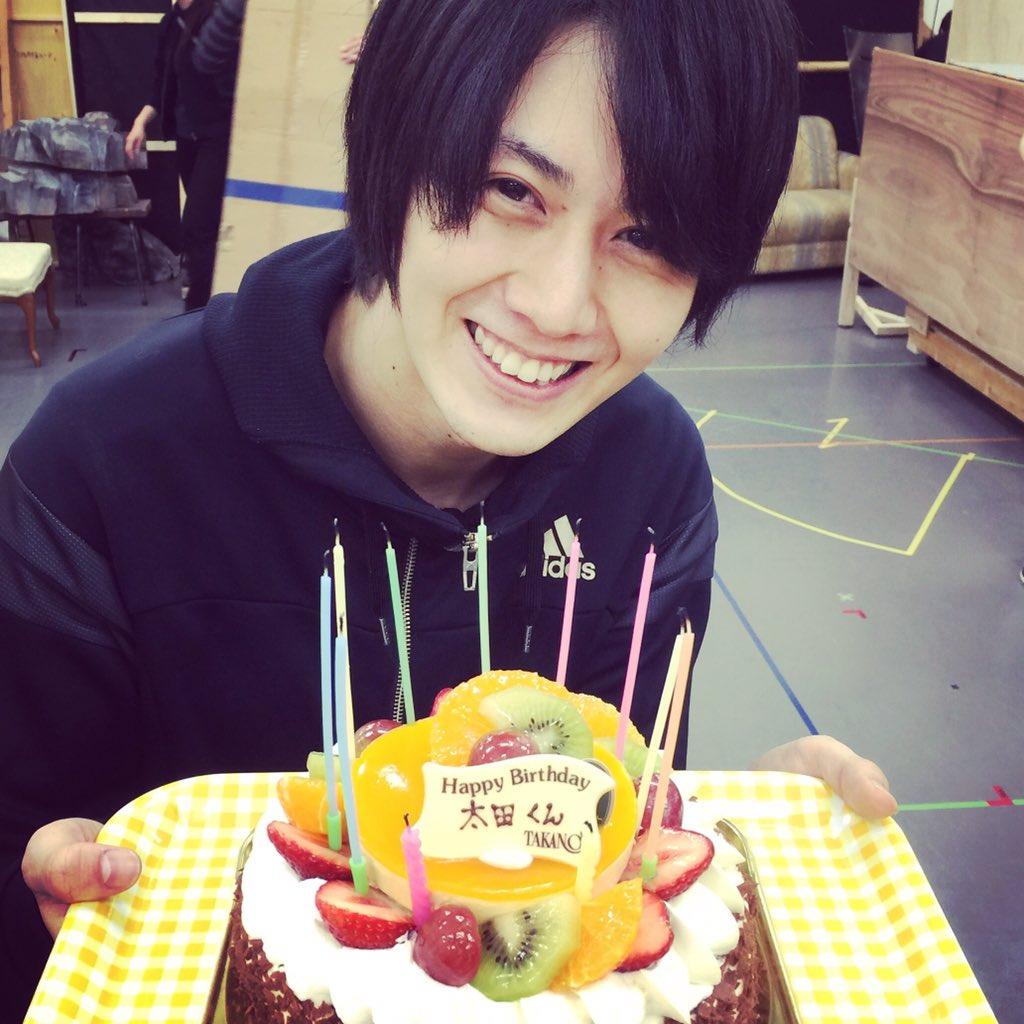 気付くともう稽古も半分過ぎてるのでちょっと焦る。そして稽古終わりで太田君の誕生日を祝う。まだあんまり喋ったことないけど写真を撮ってみた。顔もケーキも甘い。可愛いね。 https://t.co/LfdTXfZCTP