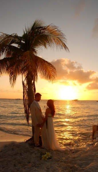 Lo único que puede hacer más fascinante a Playa Norte son las puestas de sol #IslaMujeres #TurismoRomance https://t.co/zWaw3AV59I
