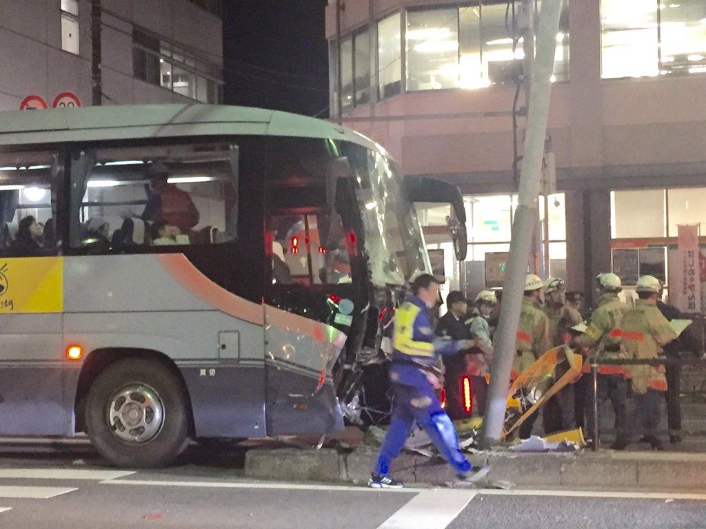 バスは環八外回りを走行中、蒲田郵便局前交差点で中央分離帯に衝突。信号のポールに激突して前面が大破。 RT @inuhide: https://t.co/W9JtqPIthN