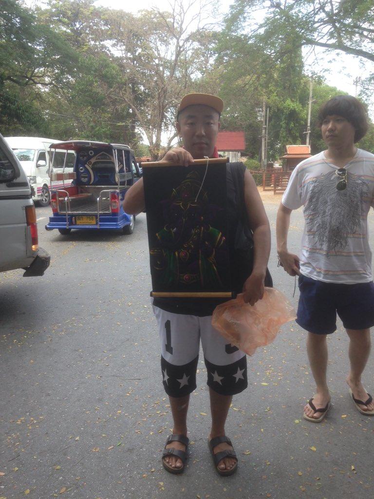タイ滞在中、チーモン白井くんは各観光地で孔雀の羽とか、よくわからない生物の仏像を買いまくってたので「なんでそんなの買うんだ!」と思ってましたが、僕もつられてガネーシャの掛け軸を400バーツ(約1600円)で買いました。 https://t.co/19wyvnOPUV