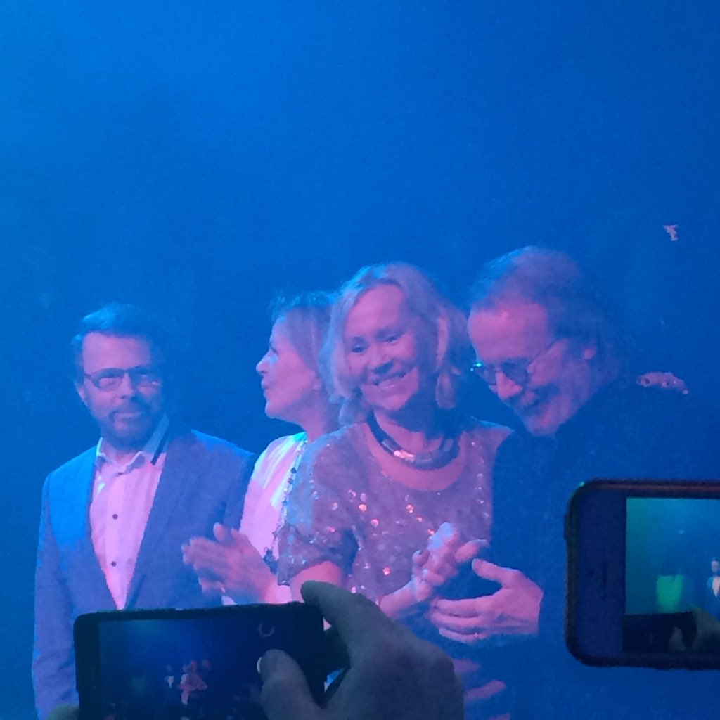 And here's the money shot. A fan inside #MammaMiaTheParty sent this photo showing all of #Abba side-by-side #reunion https://t.co/mGPuGIX0l0