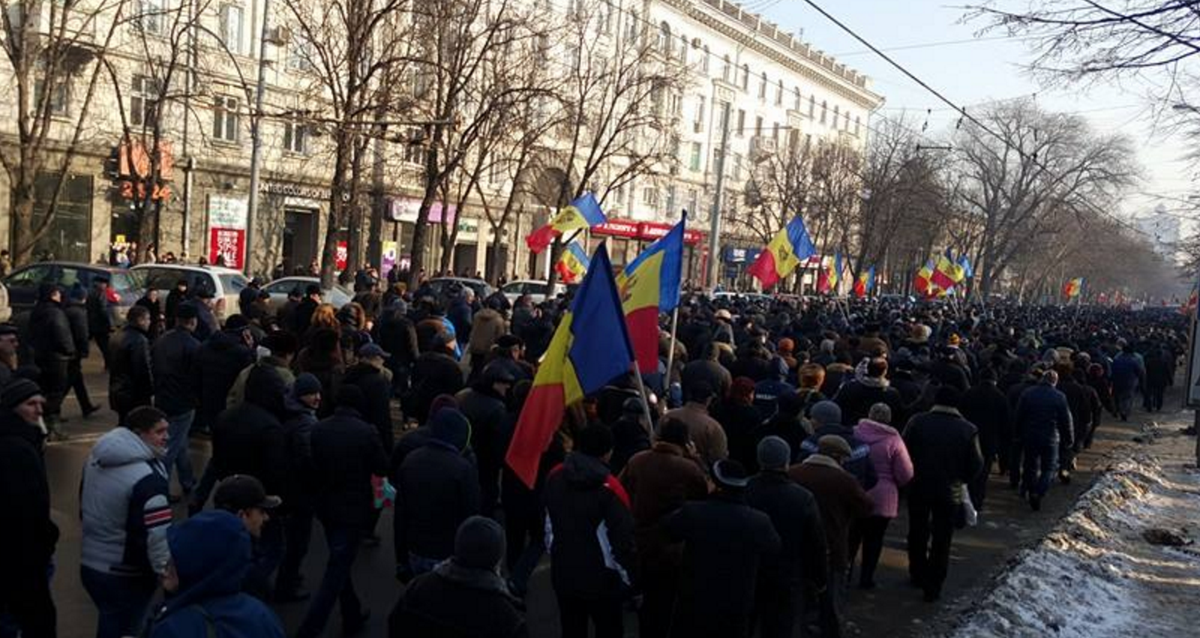 Tens of thousands marching in MD towards the national operator who blocked TV transmission #moldova #protest https://t.co/NAdJ8rPO5l