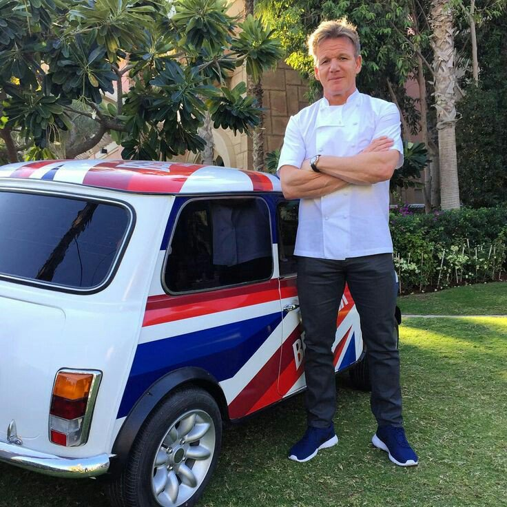 Chef @GordonRamsay and a #minicooper. I don't know if it is his, but  awesome photo. #minicooperfan @lookatmymini https://t.co/8udE04VWbJ