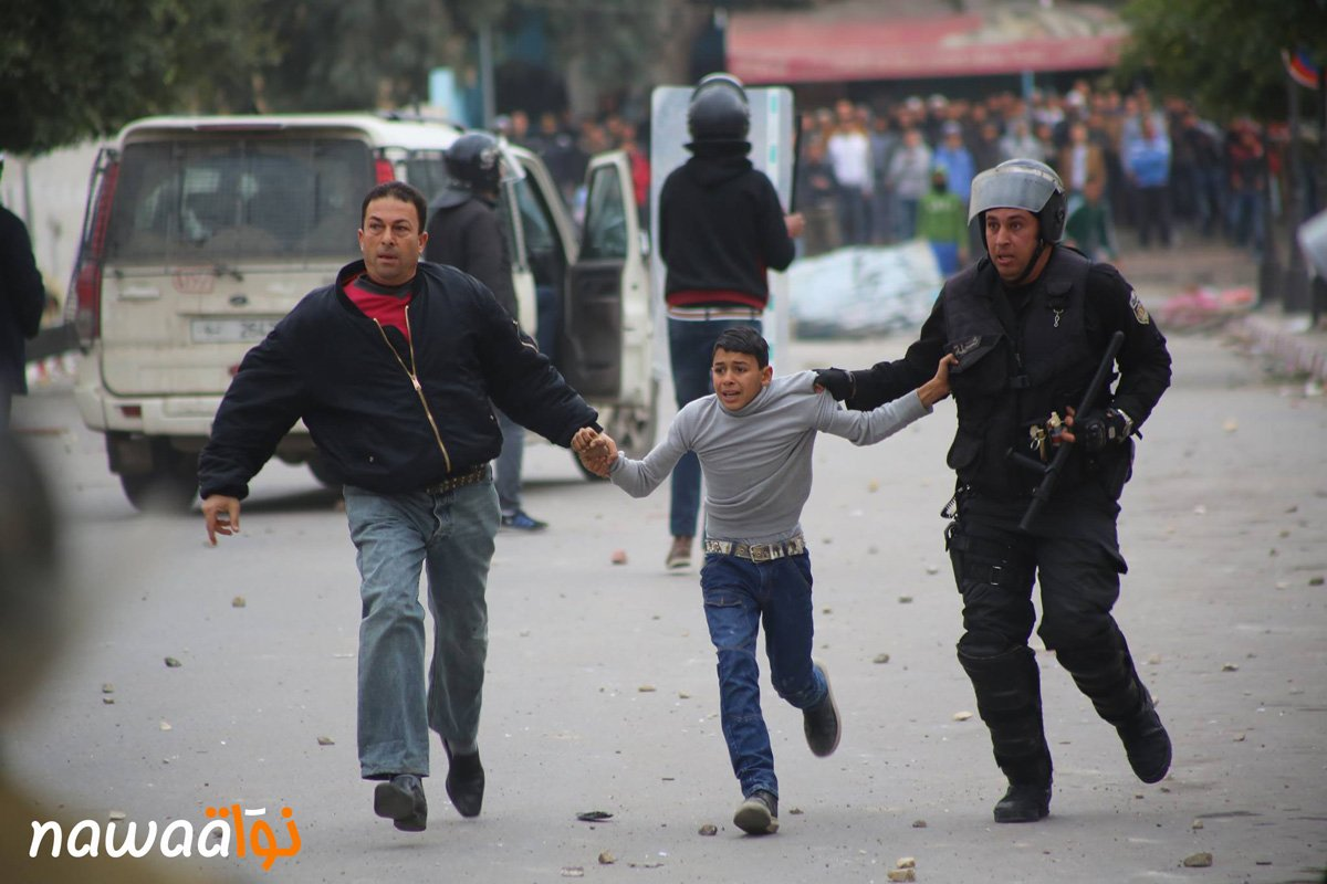 #kasserine : Photo of the Day, 2 police officers arresting a kid during the protest https://t.co/TkxNZrjGXT