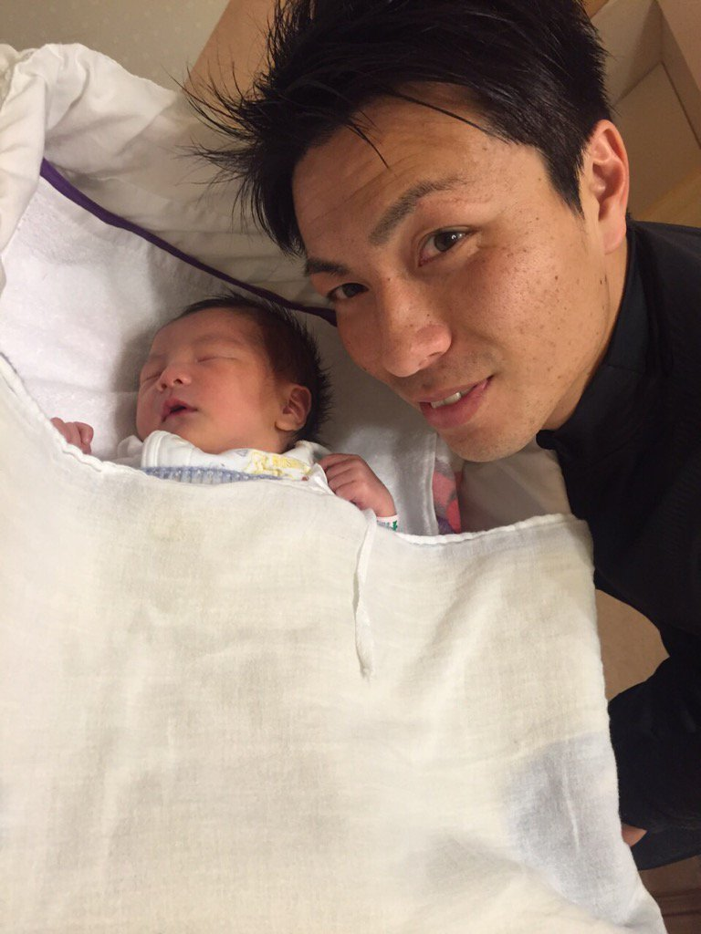 報告です! 17日に父親になりました!元気な女の子です(^-^) これからより一層がんばりたいと思います٩( 'ω' )و https://t.co/URZgbGbC5n