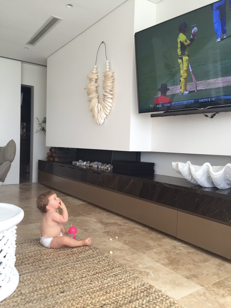 Someone can't keep her eyes off Daddy. Go Daddy go! @davidwarner31 #AUSvIND #WWOS https://t.co/oWkZW6Wr4S