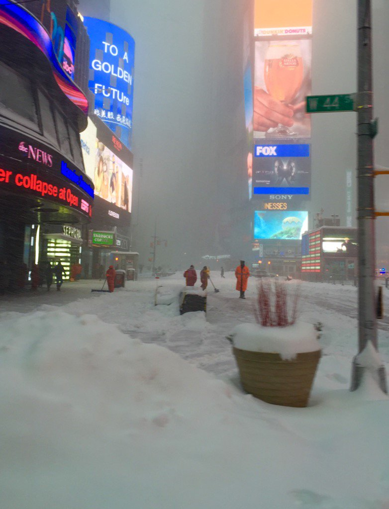 Times Square. #blizzard2016 #NYC https://t.co/sls9oDTuXb