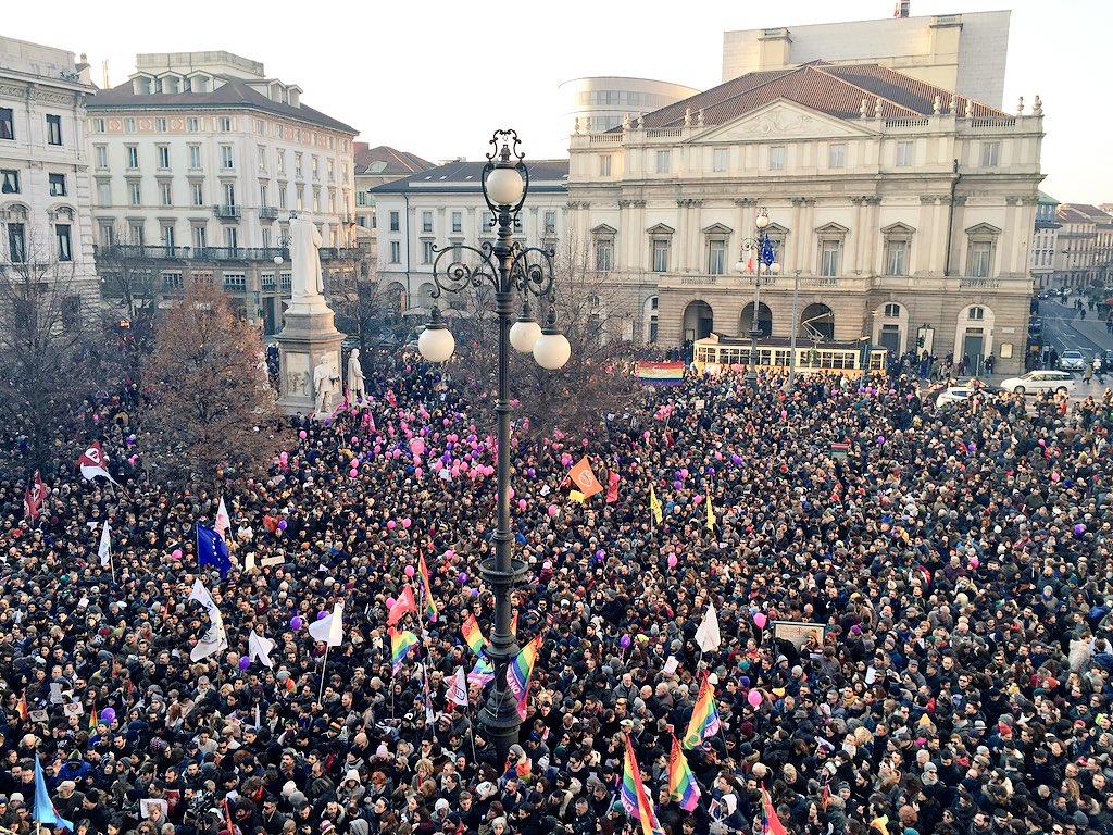 Piazza Scala piena di amore #svegliatiItalia https://t.co/EGwty3tNQc