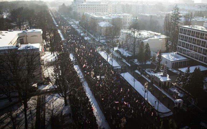 23 stycznia. Garsteczka warszawskich KODerów idzie jezdnią i chodnikiem. Fot. Marcin Latałło. https://t.co/V1ODeUiSSa