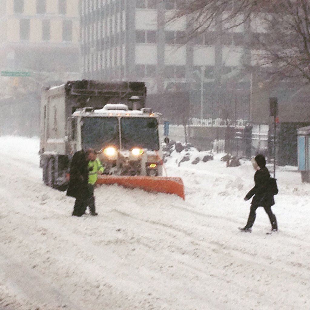 NYC sanitation worker stops his plow to help an old man across the snow filled street https://t.co/TEGyYjAWY9