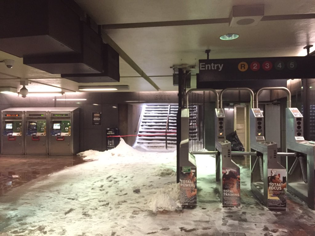 It's snowing inside the Borough Hall subway stop. https://t.co/tMNH0dNkUw