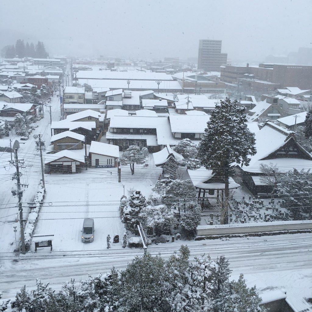 高山の朝。 現在進行形で雪降ってる https://t.co/kLPIIWapsO