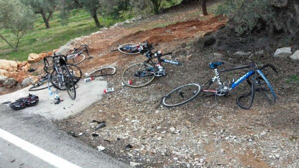 ジャイアント・アルペシンの事故現場の写真です。車との事故が起きれば弱者は自転車、皆さんも気をつけてください。またドライバーの皆さんも、事故が起きれば怪我がなくとも重い責任をを背負うことになることを肝に銘じておいてください。©iss https://t.co/yjjpYHFyj3