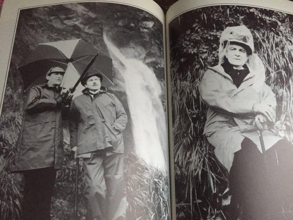 グラナダ版は本当のライヘンバッハの滝でロケを敢行してます。現代仕様の雨具を着たホームズとワトソンとモリアーティのこの撮影合間写真好きですw https://t.co/ThzcQGJrlC