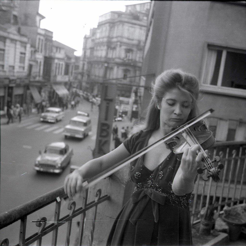 Ayla Erduran, Aliye Berger'in Narmanlı Han'daki atölyesinin balkonunda keman çalarken Fotoğraf: Eliza Day, 1964 https://t.co/TeOuLW7tZo