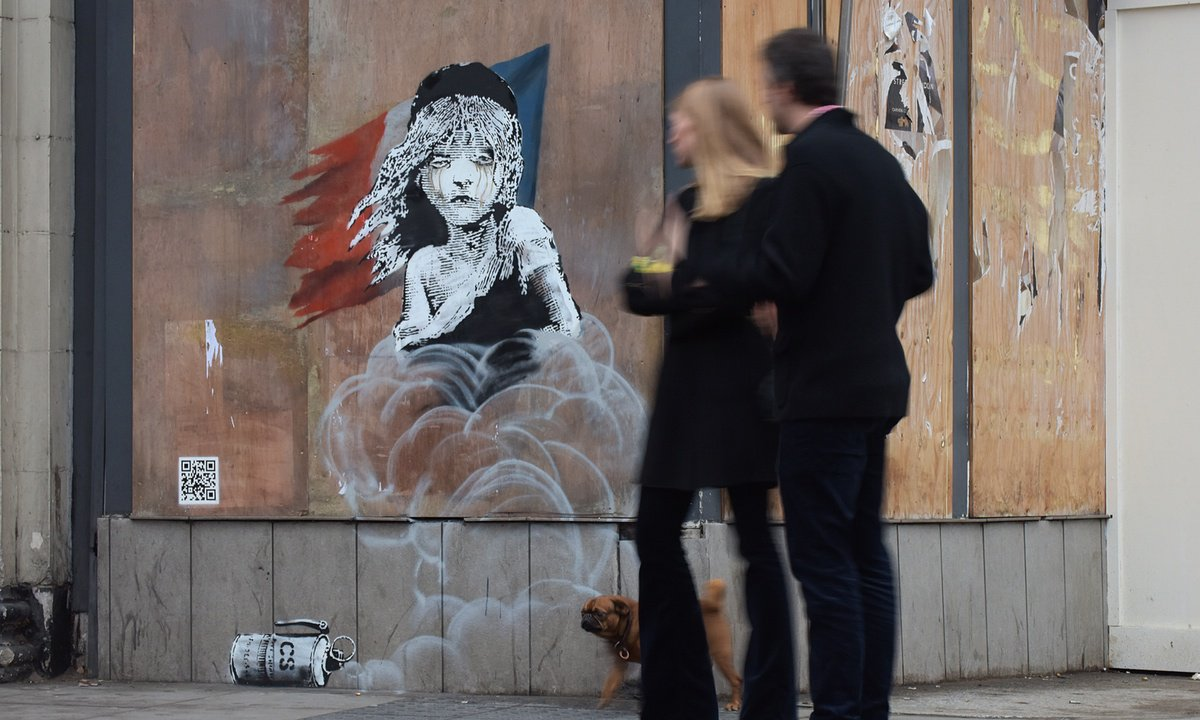Banksy uses new artwork to criticise use of teargas in Calais refugee camp https://t.co/FdcKGysyhE https://t.co/AcIWjWpR3t