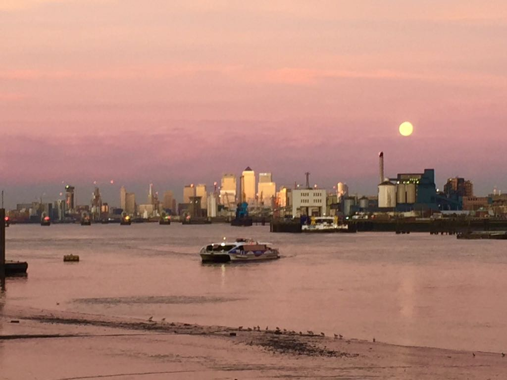It's the @thamesclippers coming into Woolwich Arsenal Pier under a purple sky and a frankly ridiculously sized Moon! https://t.co/8Jk0jQDFiA