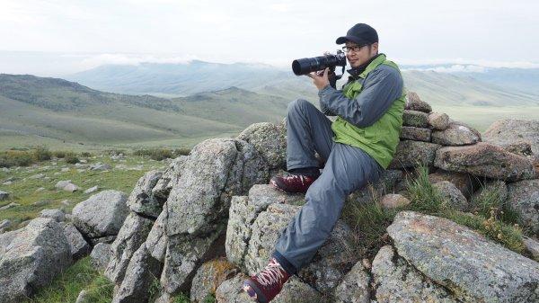 小型軽量なオリンパスの300mm F4.0は小型軽量で体力のない僕が山歩きをするのにすっごく助かるんだけど、ワイルドライフ写真家のポートレートとしては軟弱なイメージになっちゃうかな(苦笑) https://t.co/iFZVSVRoVV