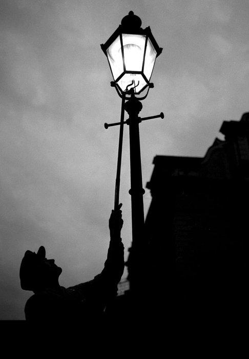 街灯点灯夫。 《ディケンズ風の寡黙な、冬の黄昏によく似合うシルエット、それは長い竿を持って霧のなかから突然姿を現すのだった》  点火シーンに出会うと嬉しくなります。オリヴェイラ監督『家族の灯り』の点灯夫による点火シーン。 https://t.co/c0eEnP0r0z