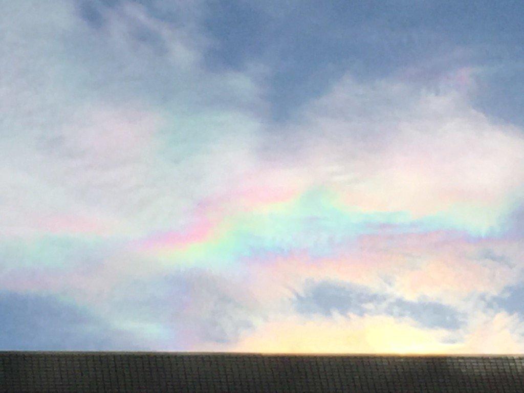 すごい彩雲が出ている。 https://t.co/W0FkhNkn01