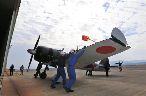 【速報】日本人所有の復元ゼロ戦、日本の空へ! 零式艦上戦闘機(#ゼロ戦)を復元した機体の試験飛行が本日、海自鹿屋航空基地で予定されています。機体は午前、格納庫から出されました(イザ!)https://t.co/aWQ9r4VY2S https://t.co/QNBMcPtzlU