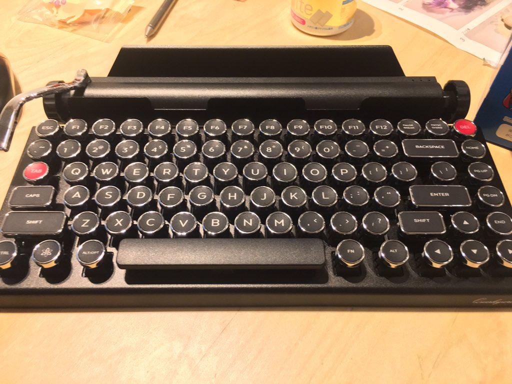 シャレオツなタイプライター風Bluetoothキーボード届いた https://t.co/qZ1ELEgzmq
