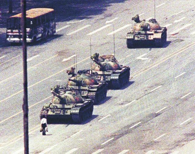 ビル・ゲイツ氏が経営する世界中の著名なデジタル画像の版権を所有する米国コービス社が中国企業に買収されたってニュースを知った香港人の友達が昨日「世界中の『都合が悪い』歴史が抹消される日が近いね」と言ってた。天安門事件のこの画像もね。 https://t.co/Tz1kEYY1dO