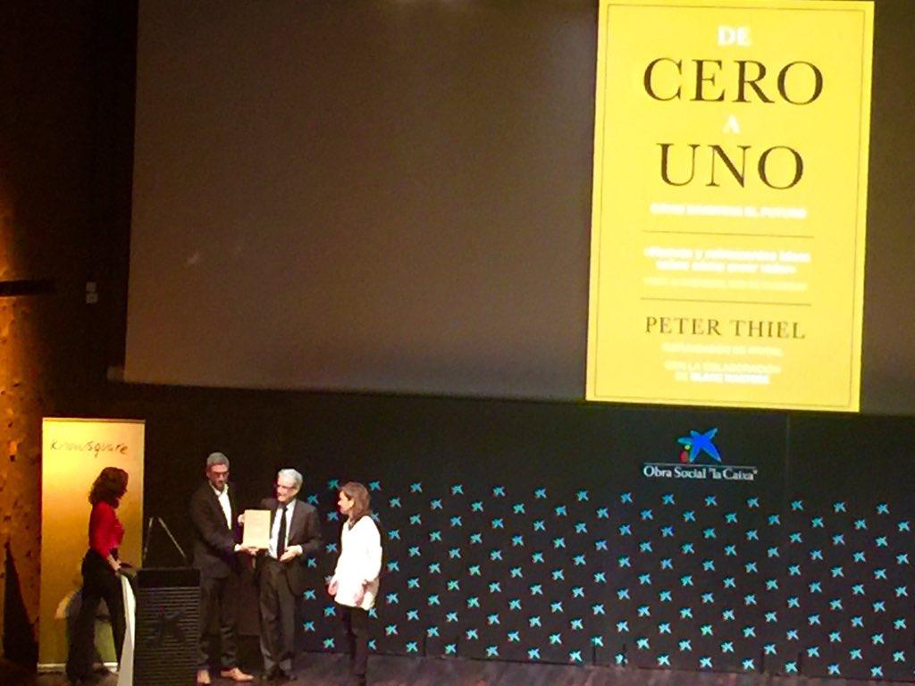 Y gana mejor libro empresa  #PremioKnowSquare ... #deceroauno  Impresionante obra!   Grande editor @RogerDomingo https://t.co/2B1wYgNCsk