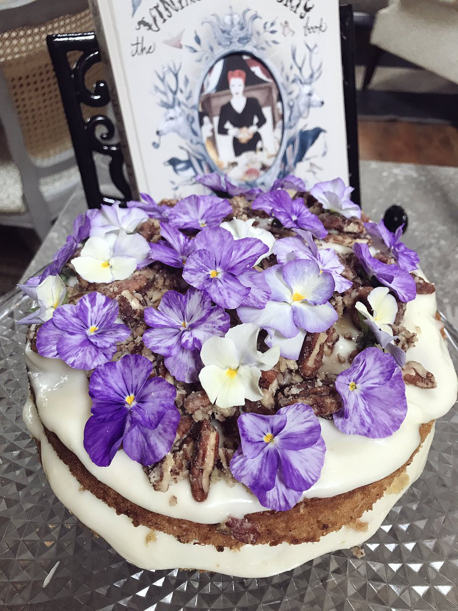 Just baked this Beautiful Hummingbird Cake with Violas ????????‍???? https://t.co/aNiaXLMx8i