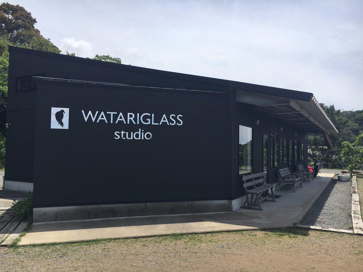 ずっと行きたいと思ってたグラスリップ聖地のワタリグラススタジオを偶然見つけて、ペンダント買っちゃった〜👯 海も見えて素敵