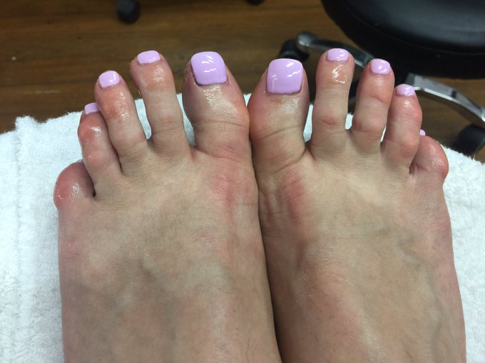 Fresh toes #lilac #footfetish #oilyfeet https://t.co/XdDFznoBBW